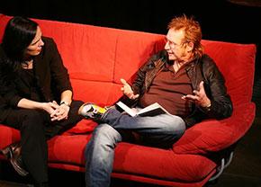 Martin Semmelrogge auf dem roten Sofa